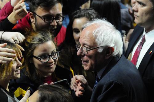 سخنرانی برنی سندرز نامزد دموکرات انتخابات ریاست جمهوری آمریکا در جمع دانشجویان دانشگاه تمپِل در شهر فیلادلفیا