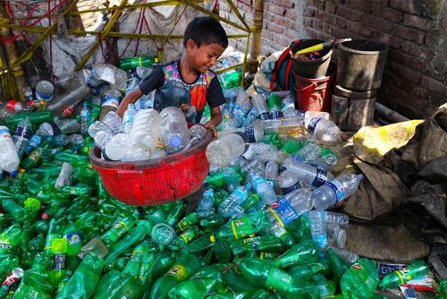 کارخانه بازیافت ظروف پلاستیکی در شهر داکا بنگلادش