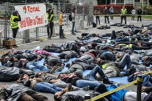 اعتراض به شکل مرگ نمادین فعالان محیط زیست به یک طرح استخراج نفت و گاز در فرانسه
