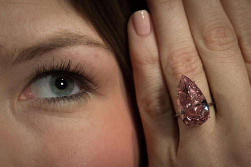انگشتر الماس 15 قیراطی صورتی که قرار است در ماه می در یک حراجی در ژنو به قیمت پایه 28 میلیون دلار به فروش گذاشته شود