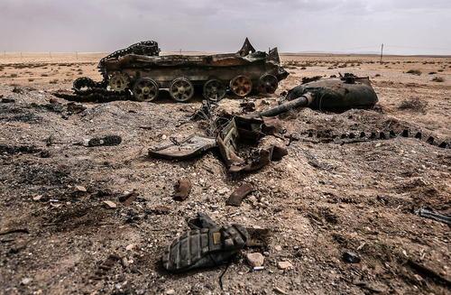 یک تانک منهدم شده در نزدیکی روستای قریتین در استان حمص سوریه که اخیرا از سوی نیروهای ارتش سوریه از داعش بازپس گرفته شد