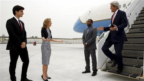 کارولین کندی، سفیر امریکا در ژاپن و دختر جان اف کندی، رئیس جمهور پیشین امریکا به استقبال کری آمده است.