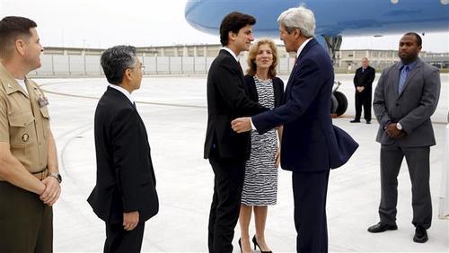 جک شلوسبرگ، پسر کارولین کندی، سفیر امریکا در ژاپن و نوه جان اف کندی، رئیس جمهور پیشین امریکا با کری دست می دهد.