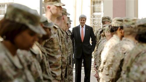 جان کری، وزیر خارجه امریکا در میان سربازان پایگاه هوایی - دریایی این کشور در شهر ایواکونی ژاپن