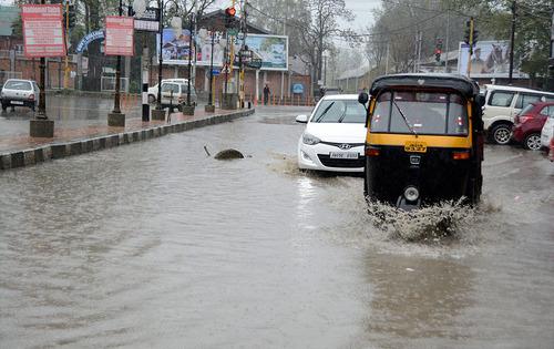 بارش باران شدید در سرینگر هند