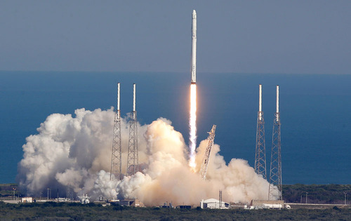 اسپیس ایکس موفق شد تا موشک فالکون ۹ خود را با موفقیت روی سکوی شناوری که در میان اقیانوس اطلس مستقر کرده بود، فرود بیاورد. اسپیس ایکس موشک مورد نظر را از Cape Canaveral در ایالت کالیفرنیا پرتاب کرده بود