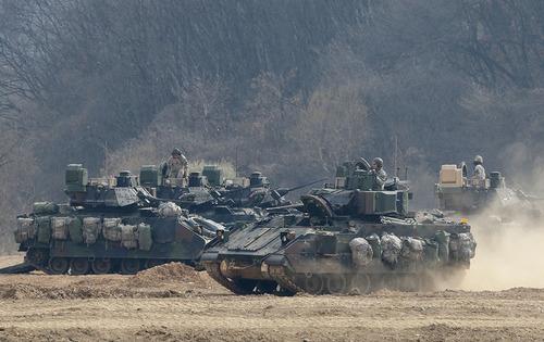 خودروی زرهی ارتش ایالات متحده آمریکا  در نزدیکی مرز کره شمالی