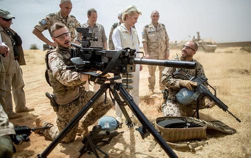 وزیر دفاع آلمان در حال صحبت کردن با سربازان ارتش آلمان