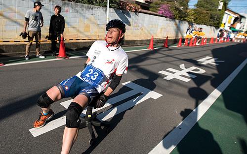 مسابقه سرعت و تعادل با صندلی اداری در ژاپن