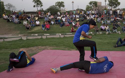 پلیس زن هندی در حال تمرین آموزش دفاعی