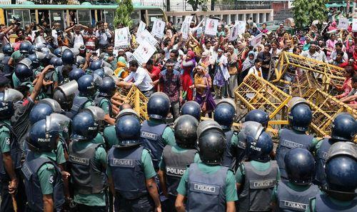 نیرو های پلیس بنگلادش در مقابل معترضان به قانون استخدام پرستاران با گرفتن آزمایش