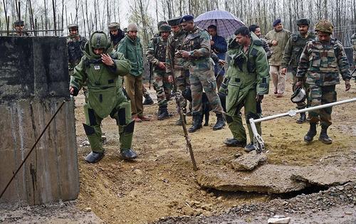 ارتش هند در جستجوی بمب دست ساز در شهر سرینگر