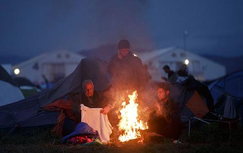 جمعی از پناهجویان در حال خشک کردن لباس های خود در مرز یونان