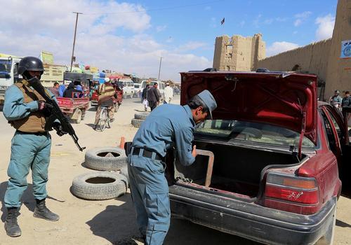 بازرسی خودروها در ایالت غزنی افغانستان