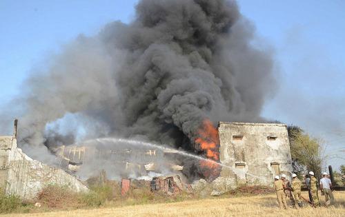 آتش سوزی گسترده در یک کارخانه چوب در شهر بوپال ( مرکز ایالت مادیا برادش) هندوستان