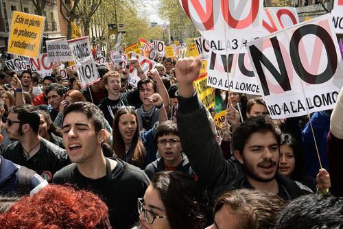 تظاهرات هزاران دانشجوی اسپانیایی در شهر مادرید در اعتراض به کاهش بودجه های آموزشی