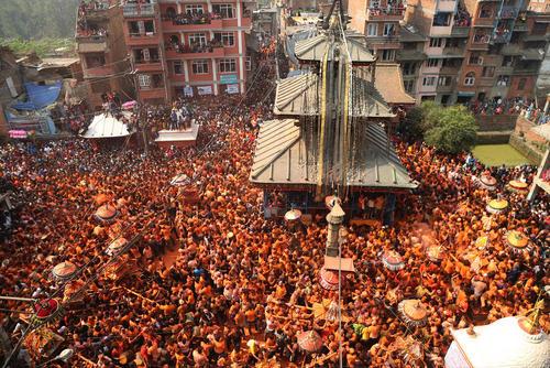حمل مجسمه های خدایان مختلف آیین هندو در جریان جشن سال نو نپالی در شهر باختاپور