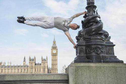 پارکور بازی در مقابل ساختمان پارلمان بریتانیا – لندن