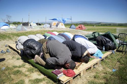نماز خواندن پناهجویان – یونان