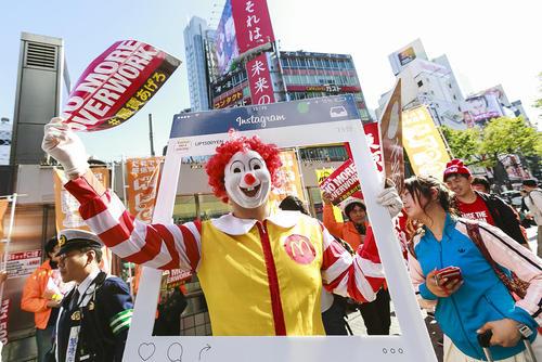 تظاهرات کارکنان فست فودها در مقابل یک شعبه از مک دونالد در توکیو ژاپن با درخواست افزایش حقوق کارکنان به 13.7 دلار در ساعت