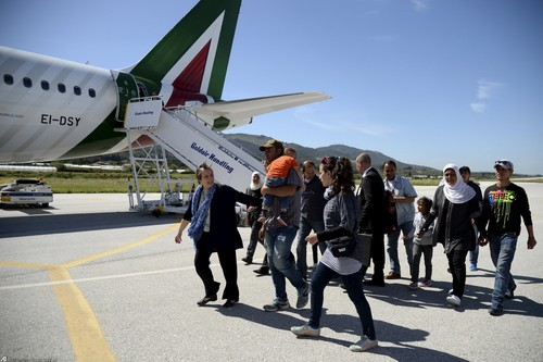 پناهجویان در حال سوار شدن به هواپیمای پاپ