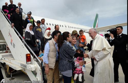 پاپ در فرودگاه رم و در حال خوشامد گویی به 12 پناهجو