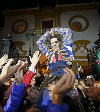 استقبال هواداران از قهرمان مسابقات گاو بازی در سویل اسپانیا