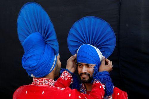 آماده شدن رقصندگان محلی برای جشنواره بایساکی – هند