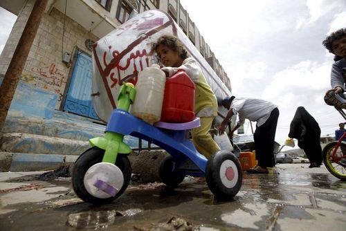 کودک یمنی در حال حمل آب به خانه – شهر صنعا