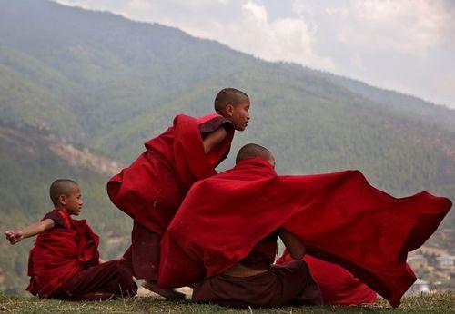 زنگ تفریح راهبان نوجوان معبدی در بوتان
