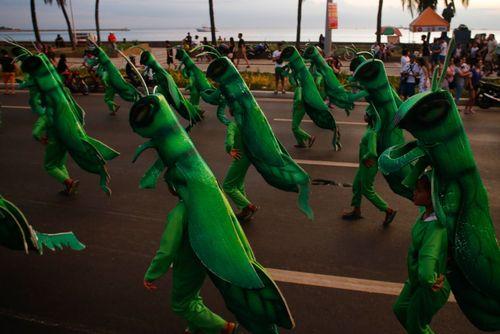 جشنواره سالانه آلیوان در شهر مانیل فیلیپین. در این جشنواره سالانه مردم استان های مختلف فیلیپین تولیدات و فرهنگ خود را به نمایش می گذارند