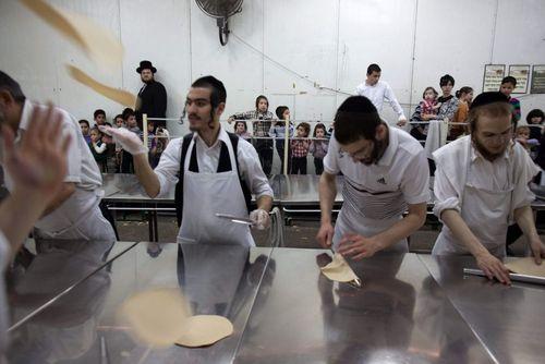 پخت نان ماتزوس در یک نانوایی در بندر اشدود اسراییل از سوی یهودی های ارتدوکس در آستانه عید فصح یهودیان