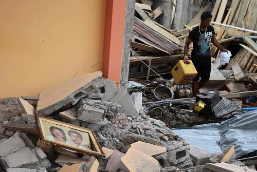 جستجو در ویرانه های زلزله اکوادور