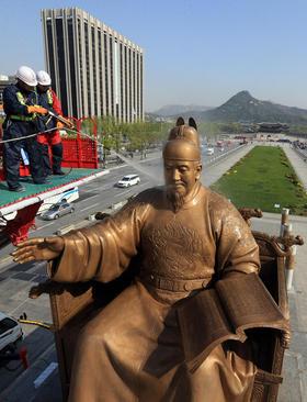 شستشوی مجسمه بزرگ امپراتور سجونگ در شهر سئول کره جنوبی