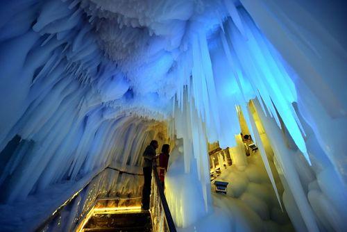 بازدید توریست ها از غار یخی – چین