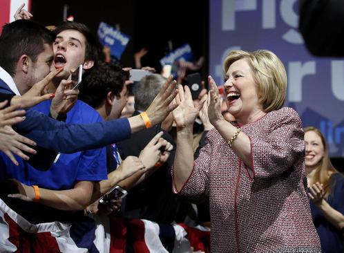 شادمانی هیلاری کلینتون از کسب پیروزی در انتخابات مقدماتی حزب دموکرات در ایالت نیویورک