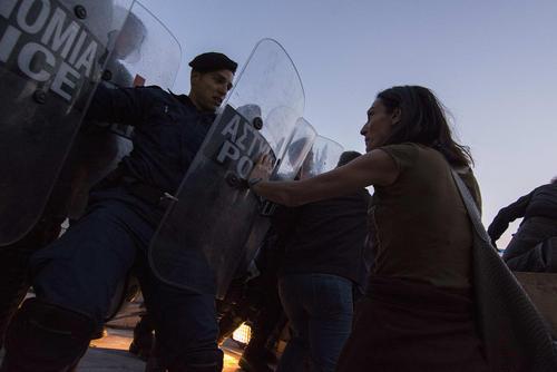 تظاهرات معلمان حق التدرسی یونان در مقابل پارلمان این کشور در آتن در اعتراض به اصلاحات آموزشی این کشور که منجر به بیکاری و از دست دادن شغل آنها خواهد شد