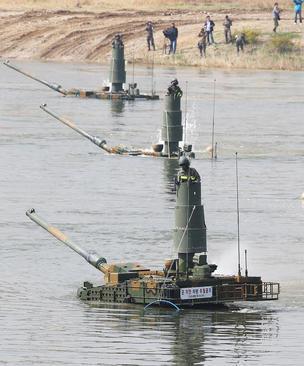 تست گرفتن از تانک های جدید ساخت کره جنوبی که قابلیت عبور از آب را دارند