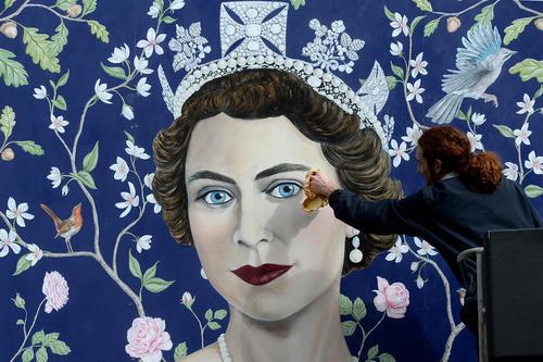 نقاشی تصویر ملکه الیزابت دوم به مناسبت نودمین سالگرد تولد او – لندن