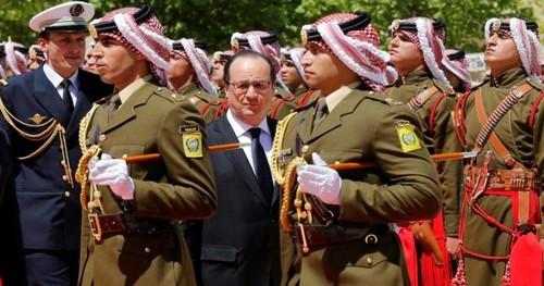 گارد تشریفات پادشاهی اردن در استقبال از فرانسوا اولاند رئیس جمهور فرانسه در امان