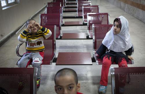 انتظار کودکان افغان در مرکزی در تهران برای گرفتن شناسنامه
