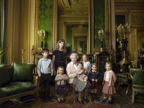 عکس یادگاری ملکه انگلیس در جشن تولد نود سالگی با نتیجه ها و فرزندانش – قلعه وینسور و کاخ باکینگهام