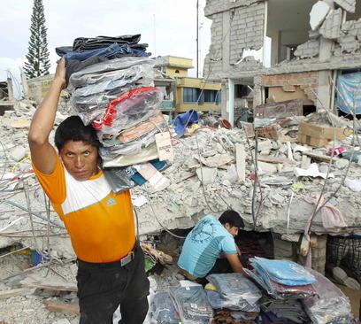 توزیع لباس میان زلزله زدگان اکوادور
