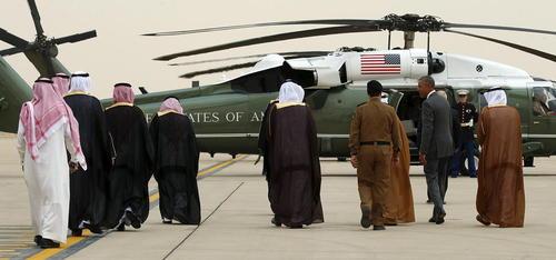 انتقال اوباما به وسیله هلی کوپتر از فرودگاه ملک خالد ریاض به کاخ ملک سلمان به منظور دیدار با پادشاه عربستان