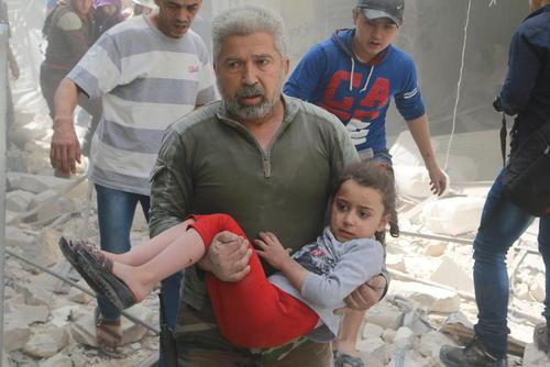 بیرون کشیدن مجروحان از زیر آوار حملات هوایی در شهر حلب سوریه