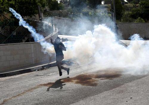 تظاهرات و درگیری جوانان فلسطینی با سربازان اسراییل – رام الله در کرانه غربی