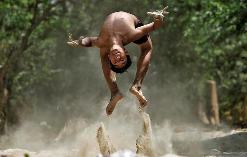 بازی کودک هندی در رود یامونا در گرمای شهر دهلی نو