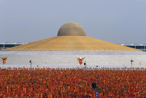 گردهمایی سالانه نزدیک به 100 هزار راهب بودایی تایلند در معبدی در شهر پاتوم ثانی
