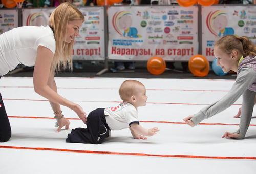 مسابقات چهاردست و پا رفتن نوزادان در شهر اومسک روسیه
