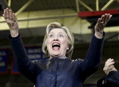 واکنش هیلاری کلینتون نامزد انتخابات ریاست جمهوری آمریکا در برابر اجتماع هوادارانش در رود آیلند